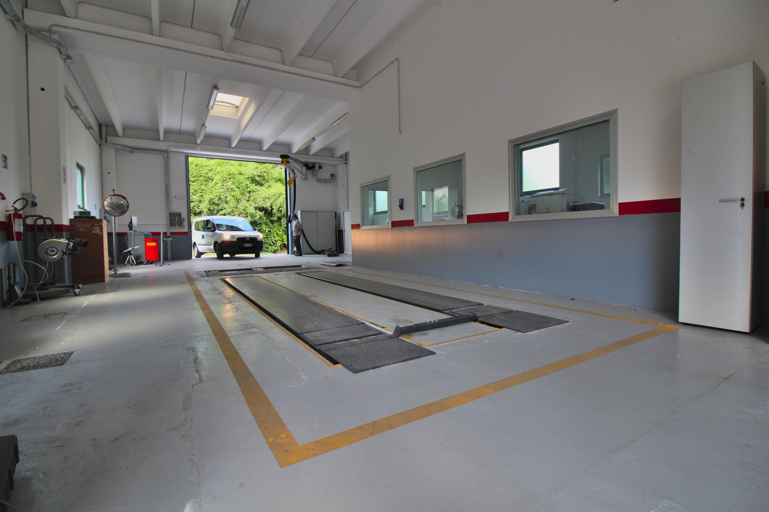 interno del capannone del centro revisioni borgo valsugana