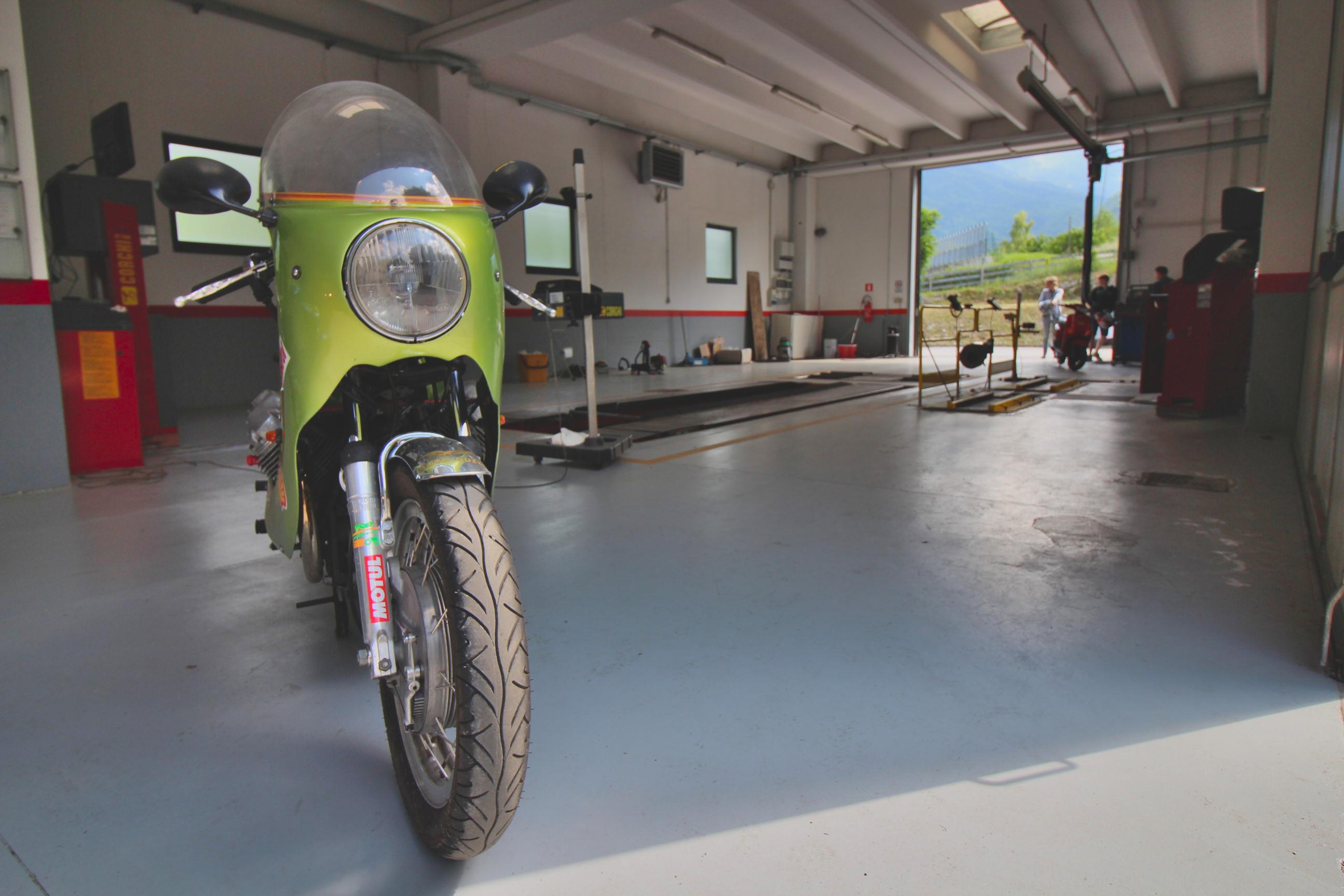 una moto dentro il capannone del centro revisioni borgo valsugana